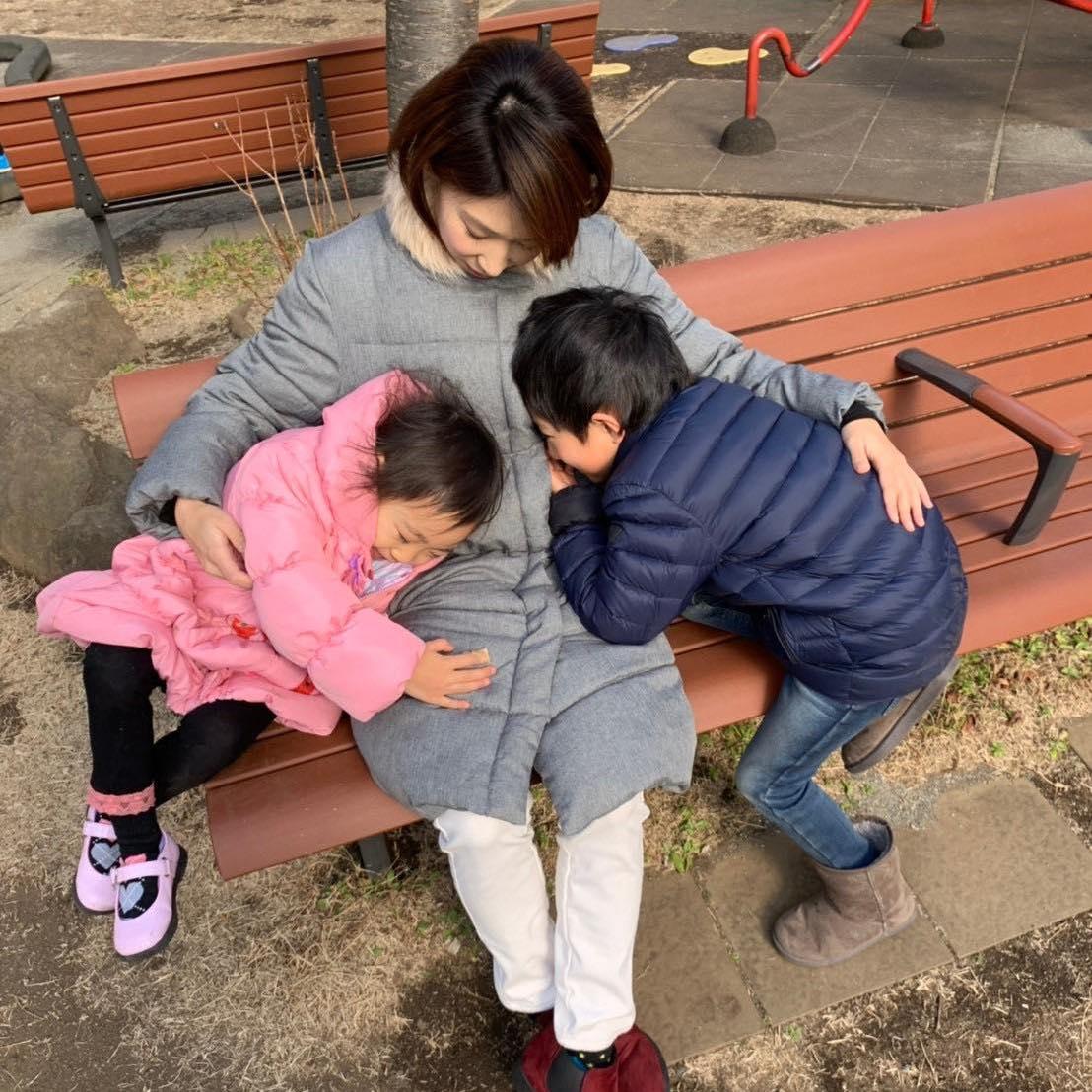 両脇に子どもを抱える秋田めぐみ